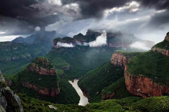 """<p> <strong>Blyde River Canyon, Nam Phi</strong><span style=""""color:rgb(0,0,0);"""">: đi bộ 33 km quanh hẻm núi Blyde River Canyon, du khách sẽ được chiêm ngưỡng cảnh tượng tuyệt vời của núi sông hòa quyện.</span></p>"""