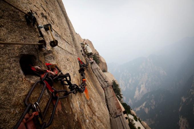 <p> <strong>Núi Hoa Sơn, Trung Quốc</strong>: con đường mòn dẫn lên núi Hoa Sơn được đánh giá là nguy hiểm bậc nhất trên thế giới nhưng lại thu hút rất nhiều nhà leo núi không chuyên, bởi khung cảnh thiên nhiên tuyệt đẹp khi nhìn từ trên xuống.</p>