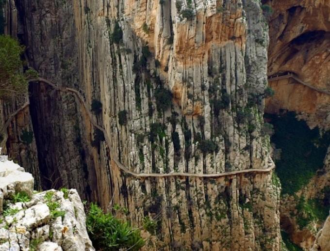 """<p class=""""Normal""""> <strong>El Caminito del Rey, El Chorro, Tây Ban Nha</strong><span>: với chiều ngang nhỏ hẹp, lại được đặt dọc theo tường của vách núi El Chorro El, Caminito del Rey được xem là con đường đi bộ nguy hiểm nhất trên thế giới.</span></p>"""
