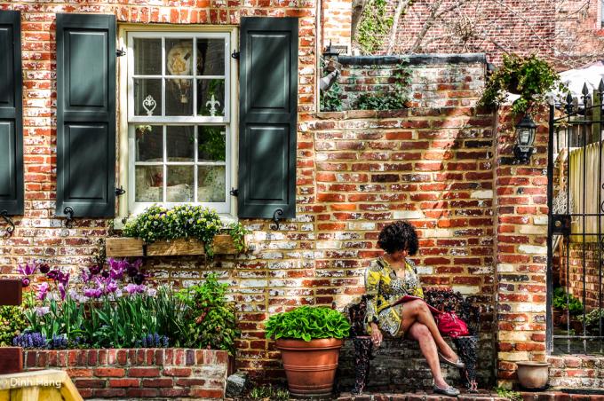 <p> Ở tuổi 26, khi đang làm phóng viên, Đinh Hằng quyết định thực hiện chuyến du lịch bụi, một mình ghé thăm nước Mỹ. Trong hình là một phụ nữ ngồi đọc sách ở khu Georgetown, phía tây bắc Washington D.C - nơi tọa lạc của những căn nhà triệu đô.</p>