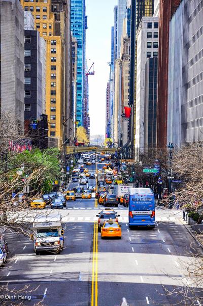 """<p> Thành phố New York được chụp từ khu Tudor City. Lý do thực hiện hành trình này là sau thời gian dài làm việc cật lực với những chuyến công tác, Hằng quyết định dành thời gian du lịch một cách chậm rãi, để tận hưởng, tìm hiểu và """"chạm vào linh hồn của vùng đất"""".</p>"""