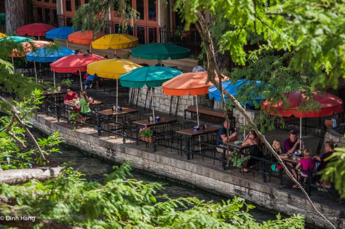 <p> Khung cảnh dọc bờ sông ở San Antonio, Texas, vào một buổi chiều.</p>