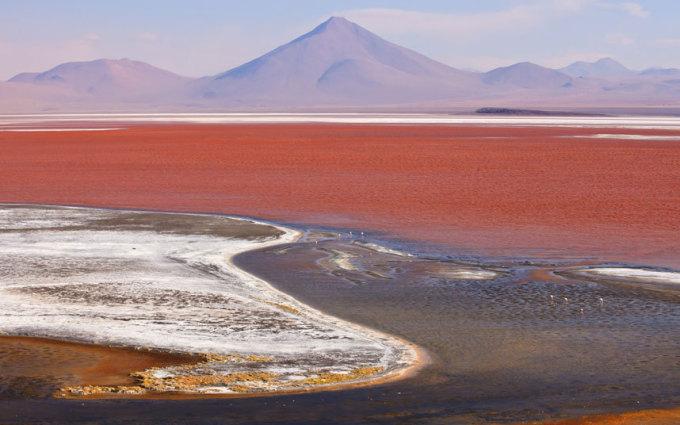 """<p class=""""Normal""""> Từ màu nước đến sự hình thành các tảng đá ấn tượng, Salar de Uyuni, Bolivia trở thành điểm đến khác thường nhất trên thế giới. Đây là cánh đồng muối lớn nhất thế giới, được hình thành từ nhiều hồ xa xưa.</p>"""