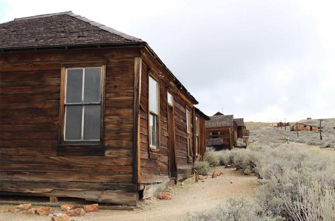 <p> <strong>Bodie, California, Mỹ</strong><br /><br /> Vàng được phát hiện ở thị trấn này năm 1859 và đến năm 1880 dân số ở đây lên đến 10.000 người. Tuy nhiên, sau khi cơn sốt vàng đi qua và mỏ vàng cuối cùng bị khai thác cạn kiệt, rồi đóng cửa năm 1942. Mọi người bắt đầu rời bỏ thị trấn. Có tin đồn còn cho rằng bất cứ ai lấy món đồ gì từ Bodie sẽ vướng phải một lời nguyền.</p>