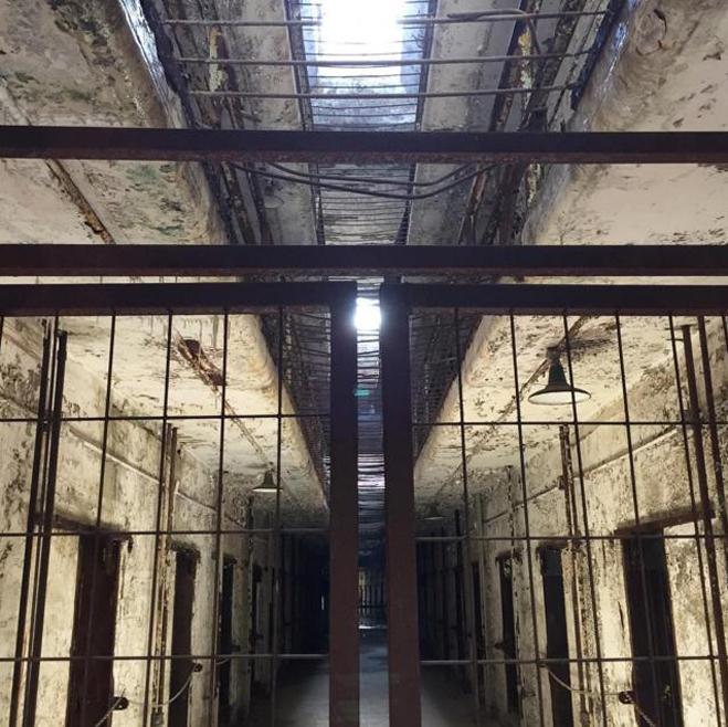 <p> <strong>Estern State Penitentiary, Philadelphia, Mỹ</strong><br /><br /> Nơi này hiện nay mở cửa rộng rãi cho công chúng tham quan, tuy nhiên vào giữa giai đoạn từ năm 1829 đến 1971, đây là một nhà tù lớn nhất và quan trọng nhất của Mỹ. Nó đã giữ nhiều tên tội phạm khét tiếng, bao gồm cả Al Capone - một tay gangster dẫn đầu tổ chức tội phạm, chuyên buôn lậu và tổ chức các hoạt động mại dâm ở Chicago.</p>