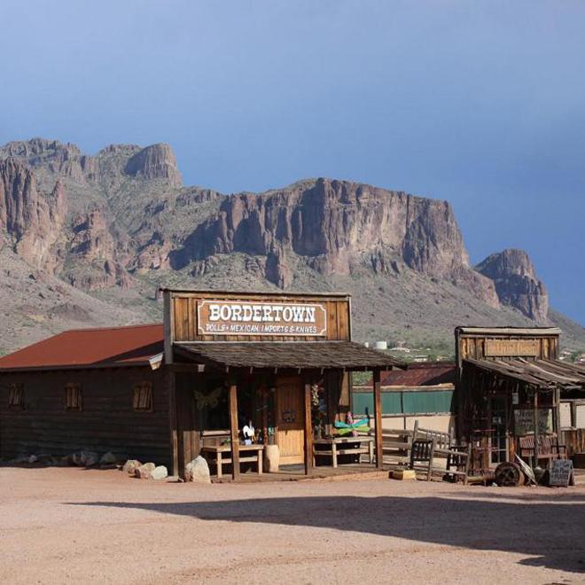 <p> <strong>Thị trấn ma Goldfield, Arizona, Mỹ</strong></p> <p> Ngôi làng miền tây hoang dã nằm trên đường mòn Apache đã trở thành thị trấn ma hơn một thập kỷ nay và trở nên quyến rũ với nhiều du khách tò mò. Vào những năm 1800, thị trấn là một mỏ vàng, nhưng từ khi giá vàng giảm, người dân lũ lượt rời bỏ nơi này.</p>