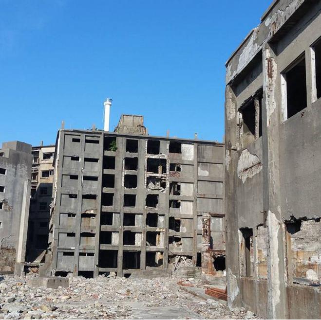<p> <strong>Đảo Hashima, Nhật Bản</strong><br /><br /> Còn được gọi là đảo Tàu Chiến, đảo Hashima bị bỏ hoang vào giữa năm 1970 và hiện nay chỉ còn những tòa nhà bê tông trơ khung. Nơi đây được xây dựng vào năm 1877, được dùng như căn cứ khai thác mỏ than dưới đáy biển.</p>