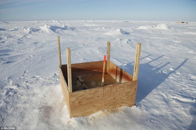 """<p class=""""Normal""""> Nhà vệ sinh công cộng đơn sơ giữa băng tuyết gần Trạm nghiên cứu vật lý ứng dụng, phía bắc vịnh Prudhoe, Alaska, Mỹ.</p>"""