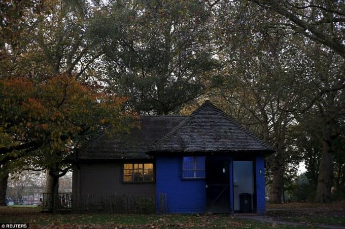 """<p class=""""Normal""""> Khu vệ sinh công cộng ở London Fields, phía đông thành phố London mang đến du khách cảm giác thân thuộc như nhà ở với bức tường xanh và lợp mái ngói.</p>"""