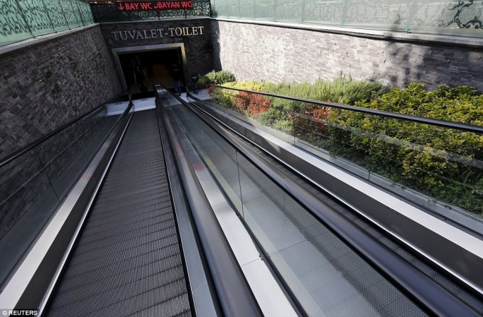 """<p class=""""Normal""""> Tại một nhà vệ sinh ở Istanbul, Thổ Nhĩ Kỳ, du khách sẽ không cần phải vội vã bước vào khi có nhu cầu bởi thang máy sẽ giúp họ rút ngắn thời gian di chuyển. Nó cũng vừa được đưa vào sử dụng hôm 19/11, ngày Toilet thế giới.</p>"""