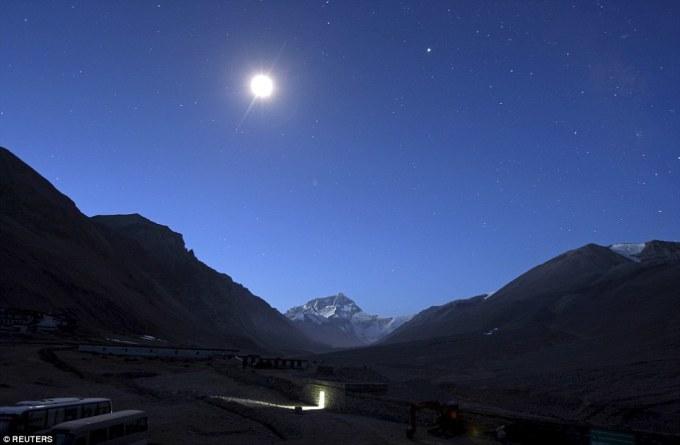 """<p class=""""Normal""""> Không chỉ có luồng sáng phát ra từ nhà vệ sinh tại Tây Tạng, bạn còn có thể nhìn thấy cả ánh trăng và binh minh cùng xuất hiện vào một thời điểm.</p>"""