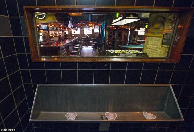 """<p class=""""Normal""""> Quán rượu Streeter's Tavern, Illinois, Mỹ, lắp kính một chiều trong nhà vệ sinh cho phép du khách nhìn thẳng ra khu vực quầy bar nhưng vẫn đảm bảo sự riêng tư.</p>"""