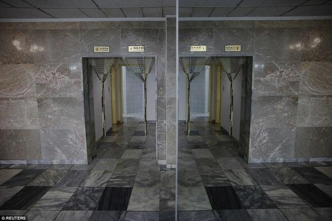 """<p class=""""Normal""""> Lối vào nhà vệ sinh của khách sạn quốc tế Yanggakdo, Bình Nhưỡng, Triều Tiên.</p>"""