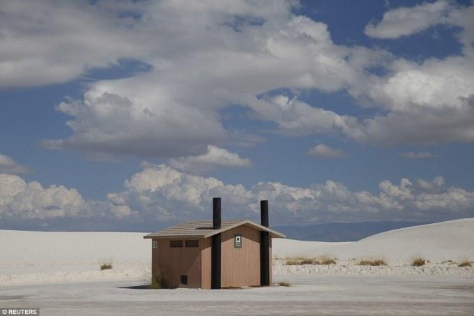 """<p class=""""Normal""""> Xung quanh chỉ có cát trắng, nhà vệ sinh này tọa lạc tại khu công viên White Sands gần Alamogordo, New Mexico, Mỹ. Đây là khu vực cồn cát thạch cao rộng lớn nhất thế giới.</p>"""