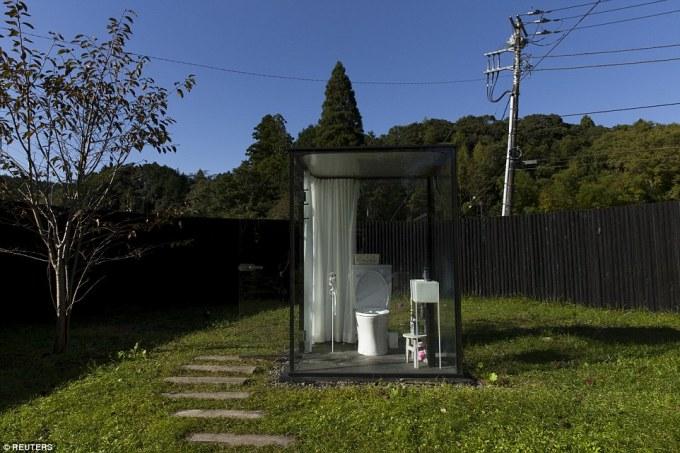 """<p class=""""Normal""""> Bao quanh hoàn toàn bằng cửa kính nhưng khách sử dụng vẫn có thể yên tâm vì nhà vệ sinh nằm trong một khu vườn được rào chắn an toàn, có khóa trong. Tọa lạc ở ga Itabu, quận Chiba, phía tây Tokyo, Nhật Bản, nơi đây từng được các phương tiện truyền thông địa phương mệnh danh là """"nhà vệ sinh rộng rãi nhất thế giới"""".</p>"""