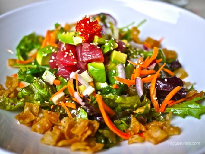 <p> Poke, salad cá sống kiểu Hawaii là món ăn truyền thống của người Hawaii. Trước đây, nó làm từ thịt đã được rút xương, trộn với các gia vị như muối biển, rong biển. Ngày nay, phiên bản này đã được cải tiến và thay thế bằng món cá sống sashimi Nhật Bản, thái thành những miếng to bằng nửa đốt ngón tay. Ảnh: <em>Veggietorials</em></p>