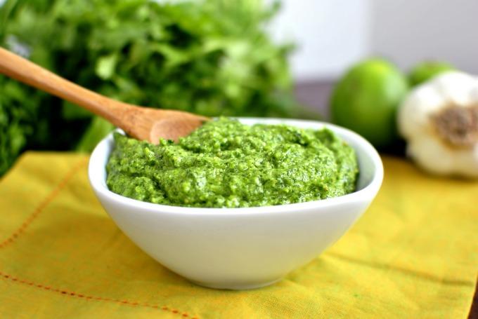 <p> Pesto là một loại nước sốt có nguồn gốc từ Italy. Để giữ nguyên được hương vị đặc trưng của nước sốt, người ta phải nghiền nhuyễn các loại gia vị, rau thơm trong cối đá tạo thành một bát sốt màu xanh đặc trưng, thường rưới lên salad, thịt gà hoặc ăn kèm bánh mì. Ảnh: <em>Simply Scratch</em></p>