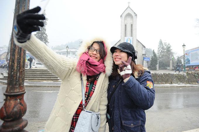 <p> Trong khung cảnh ngập tràn tuyết trắng, các du khách phấn khích tạo dáng để chụp ảnh lưu niệm. Nơi được nhiều bạn trẻ lựa chọn chụp nhất là khu vực nhà thờ đá.</p>