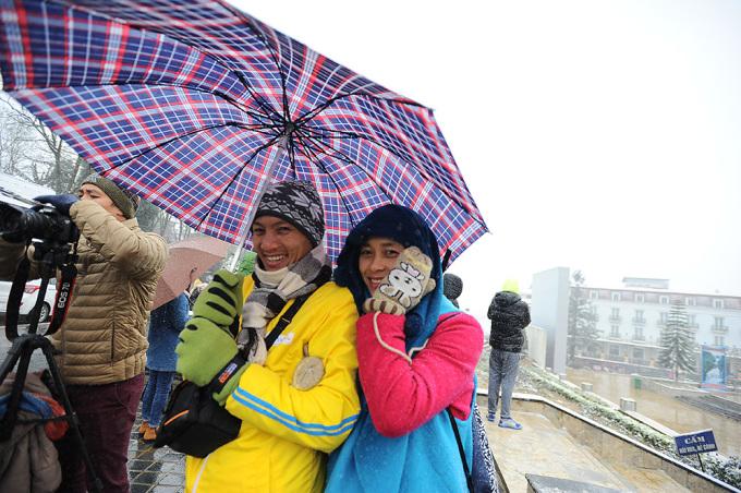 <p> Hiện tượng tuyết rơi được dự báo từ trước nên cuối tuần qua rất đông du khách đã đổ về Sa Pa. Phòng Văn hóa huyện Sa Pa cho biết hơn 10.000 lượt khách đổ về thị trấn chỉ trong ngày chủ nhật.</p>