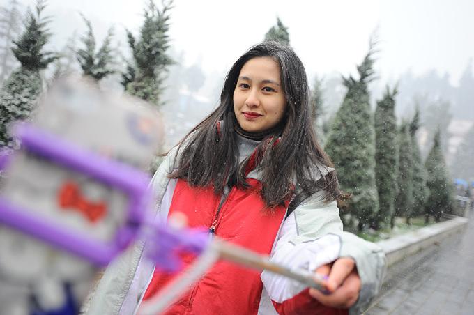 <p> Những cây gậy selfie được sử dụng phổ biến tại Sa Pa trong ngày này để ghi lại những khoảnh khắc đẹp của du khách.</p>