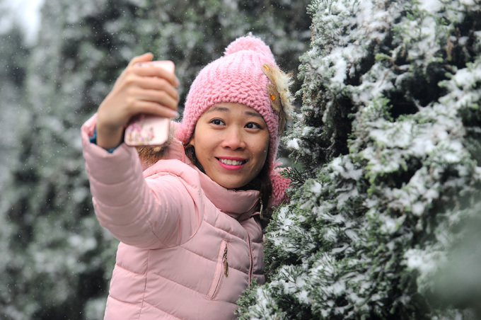 <p> Những hàng thông phủ đầy tuyết trắng trở thành bối cảnh chụp lý tưởng để có bộ ảnh như ở trời Âu.</p>