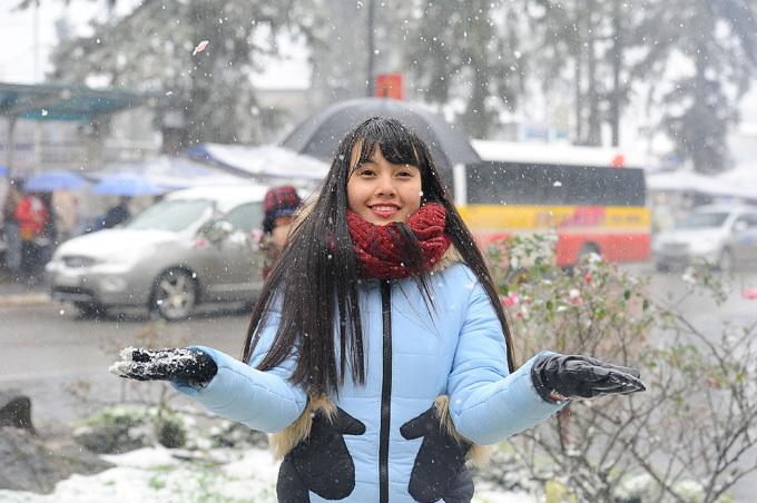<p> Dù nhiệt độ xuống -3,2 độ C, nhiều du khách lạnh run vẫn không ngại ngần đứng dưới mưa tuyết chụp ảnh.</p>