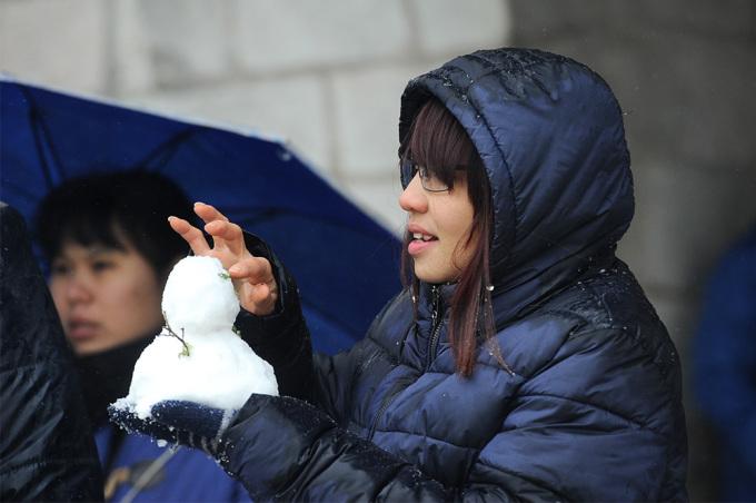 <p> Lượng tuyết rơi nhiều và dày tạo điều kiện cho du khách nặn người tuyết.</p>