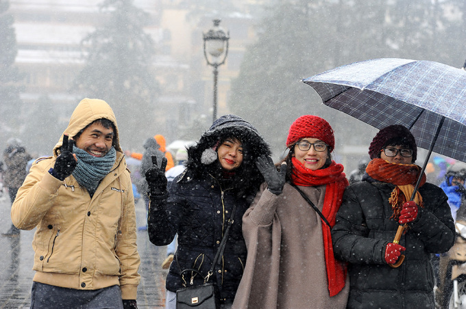 <p> Khách đến Sa Pa ngắm tuyết chủ yếu là các bạn trẻ. Ai nấy đều tỏ rõ sự thích thú khi lần đầu tiên được ngắm và chạm tay vào những bông tuyết.</p>
