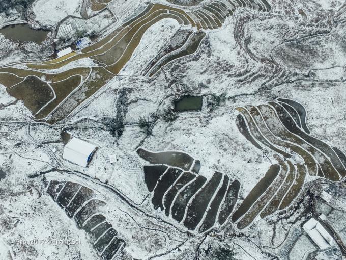 <p> Tuyết rơi từ 0h sáng ngày 24/1 và tiếp tục kéo dài, thu hút du khách khắp nơi đổ về Sa Pa. Ngày 26/1 nhiệt độ tại đây đang ở mức 0 độ C, sáng sớm chỉ khoảng - 2 độ C.</p>