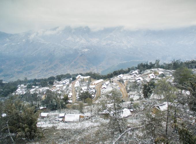 <p> Sa Pa những ngày nhiệt độ xuống thấp, không chỉ có mây bao phủ quanh núi đồi mà cả tuyết rơi - một hiện tượng thời tiết hiếm gặp ở Việt Nam.</p>