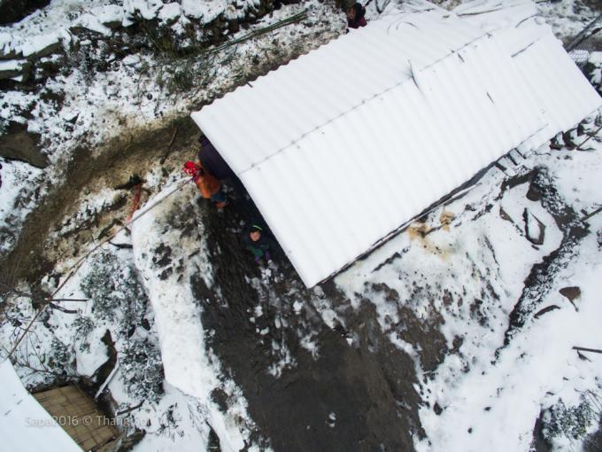<p> Một mái nhà dân trắng xóa vì tuyết rơi dày và kéo dài.</p>