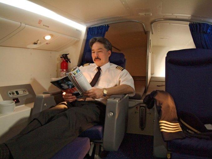 <p> Trên Boeing 777, phi công nghỉ tại một khu vực riêng với 2 giường ngủ, 2 ghế ngồi loại thương gia. Ở một số hãng hàng không, buồng ngủ thậm chí còn được trang bị phòng tắm và bồn rửa mặt. Ảnh: <em>Boeing</em>.</p>