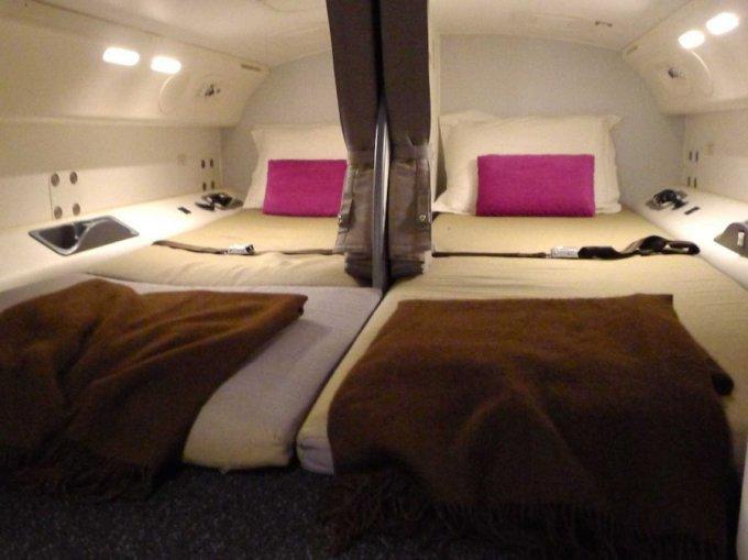 <p> Giường ngủ dài 1,8m và có màn ngăn giúp giảm tiếng ồn. Ảnh: <em>Boeing</em>.</p>