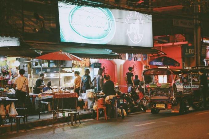 <p> Trong vô số trải nghiệm thú vị ở Bangkok, thưởng thức ẩm thực đường phố là điều không dễ bỏ qua với bất kỳ du khách nào. Các món ăn vặt hấp dẫn có mặt trên khắp các con phố với đủ màu sắc, hương vị như mời gọi du khách.</p>