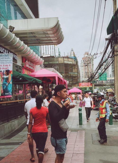 """<p class=""""Normal""""> Là lần đầu tiên tự túc sang Thái Lan, bạn Tuấn Anh chia sẻ: """"Những món ăn đường phố ở Thái Lan rất kích thích mình, đặc biệt là các khu chợ đêm nhộn nhịp và sầm uất. Chúng mình đã lùng sục khắp ngõ hẻm ở khu Silom và Siam để ăn những món ăn khác lạ"""".</p>"""