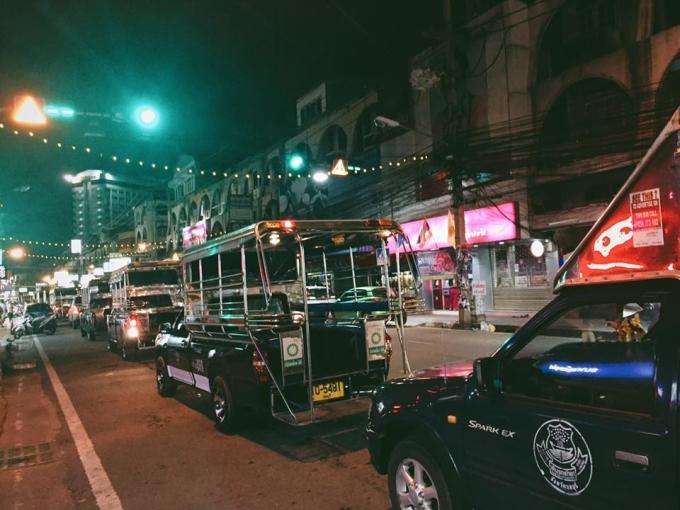 """<p class=""""Normal""""> Tuk tuk là một trong những loại phương tiện di chuyển phổ biến ở Thái Lan, rất thuận tiện cho khách du lịch. Bạn dễ dàng đón tuk tuk đi đến bất cứ điểm nào. Ngồi trên xe, thưởng thức món ăn cùng với việc quan sát đời sống thường nhật của người dân Bangkok, vừa thích thú vừa không quá tốn kém.</p>"""