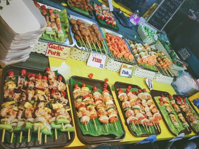 """<p class=""""Normal""""> Các loại xiên que nướng cũng lấy lòng du khách vì giá rẻ mà hương vị thì khó cưỡng nổi. Trung bình một xiên có giá 10 - 40 baht (7.000 - 25.000 đồng) tùy từng loại.</p>"""
