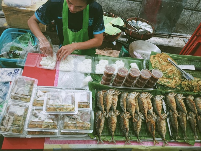 """<p class=""""Normal""""> Hình ảnh những người dân Thái Lan chế biến ngay tại chỗ các món ăn luôn làm du khách hứng thú quan sát và ghi nhớ sau mỗi chuyến đi. Đặc biệt với thái độ phục vụ nhiệt tình và cởi mở, Thái Lan càng thêm ấn tượng với dân du lịch.</p>"""
