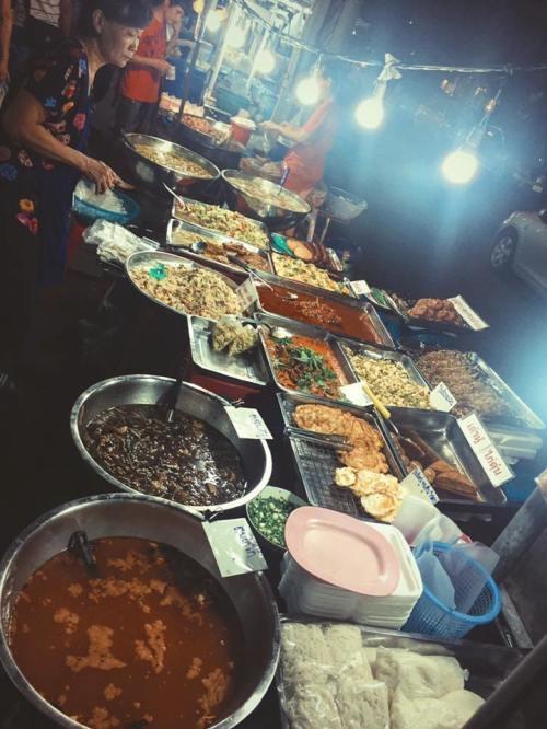 """<p class=""""Normal""""> Bên cạnh những loại đồ ăn thường thấy, nhiều món ăn đường phố khác ở Thái Lan có hương vị lạ miệng. Trong hình là một quán cơm bụi ven đường, nếu như bạn là người thích khám phá ẩm thực thì đây sẽ là hương vị mới khiến bạn thích thú, tuy nhiên người bụng yếu nên cẩn trọng.</p>"""
