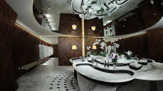 <p> Nhà vệ sinh đẹp không thua kém các khách sạn 5 sao đẳng cấp thế giới. Ảnh: <em>Youtube.</em></p>