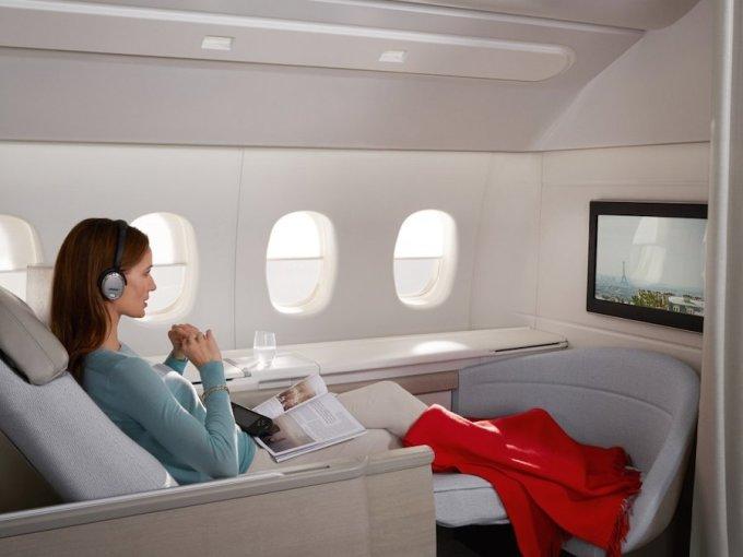 """<p class=""""Normal""""> AirFrance cung cấp chỗ ngồi rộng rãi với ghế ngả thành giường. Hành khách có thể thoải mái nghỉ ngơi và xem những bộ phim yêu thích. Ảnh:<em> AirFrance.</em></p>"""