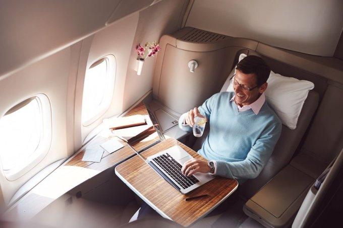 """<p class=""""Normal""""> Xếp thứ 4 là hạng thương gia của Cathay Pacific Airways có giá 28.000 USD khứ hồi. Ghế ngồi có thể ngả ra thành giường, tivi riêng, đồ ngủ và màn hình cảm ứng để điều chỉnh ánh sáng. Ảnh: <em>Cathay Pacific.</em></p>"""