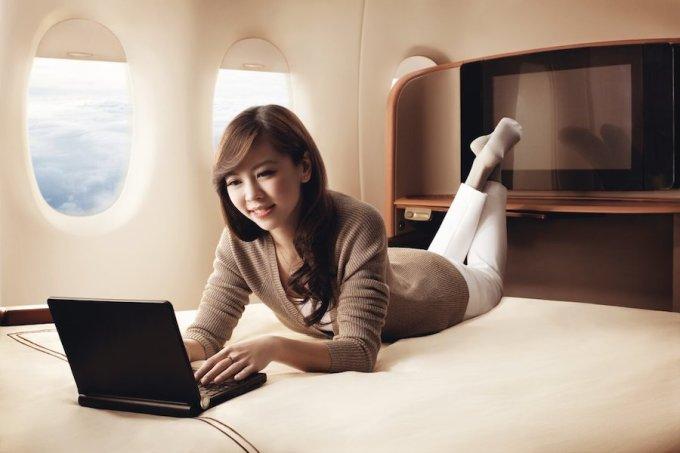 """<p class=""""Normal""""> Chiếc giường của Singapore Airlines được nhận xét là tốt hơn hầu hết đệm tại gia. Với chiều rộng 90 cm, dài 2 mét, chiếc giường có thể làm thỏa mãn bất cứ hành khách nào. Giá vé một chiều là 9.200 USD. Ảnh: <em>Singapore Airlines.</em></p>"""