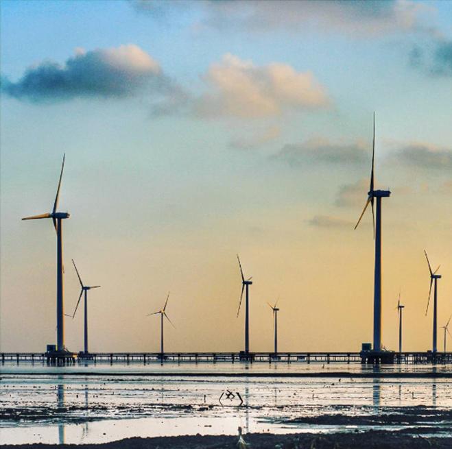 """<p class=""""Normal"""" style=""""text-align:justify;""""> <strong>Cánh đồng quạt gió, Bạc Liêu</strong></p> <p class=""""Normal"""" style=""""text-align:justify;""""> Từ thành phố Bạc Liêu theo đường Cao Văn Lầu đi ra phía biển, ở địa phận ấp Biển Đông A, xã Vĩnh Trạch Đông là nhà máy điện gió mới được hoàn thành đầu năm 2016. Khoảng cách từ trung tâm thành phố đến nhà máy khoảng gần 20km, nhưng từ cách xa cả chục cây số, bạn đã có thể nhìn thấy những trụ turbine lắp cánh quạt quay đều như những chong chóng khổng lồ in trên nền trời. Đây là điểm chụp ảnh yêu thích của nhiều bạn trẻ khi đến với Bạc Liêu. Ảnh: <em>hoangphuongdo93</em>.</p>"""