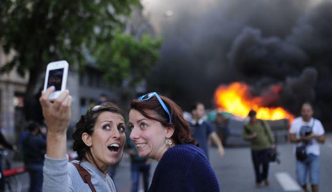 <p> Hai nữ du khách chụp ảnh tự sướng tại nơi vừa xảy ra tai nạn được nhiều độc giả đánh giá là không biết suy nghĩ.</p>
