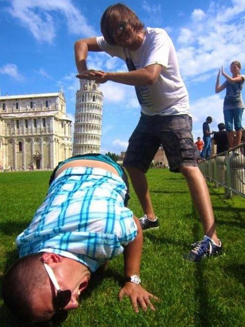 <p> Nhiều du khách cho biết khi xem bức ảnh này, họ không thấy vui chút nào mà còn thấy bực mình vì hành động của hai người đàn ông trên.</p>