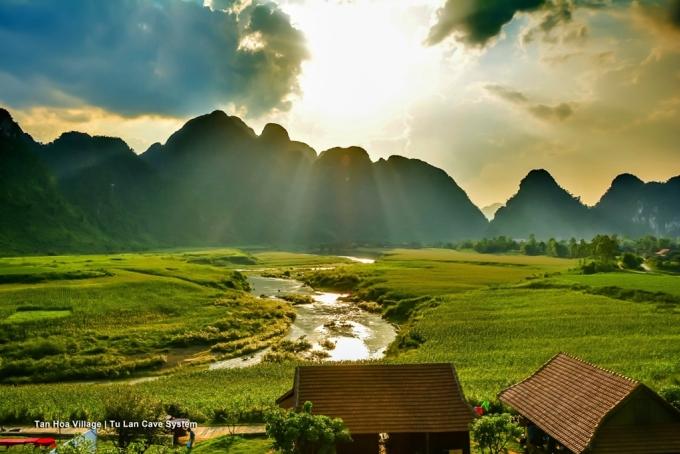 <p> Cảnh sắc thanh bình của ngôi làng Tân Hóa, Quảng Bình. Trong những ngày lưu lại Quảng Bình, nhiều diễn viên của đoàn làm phim đã đi tham quan các điểm du lịch nổi tiếng như động Phong Nha, suối Nước Moọc, hang Tối... Ảnh: <em>Oxalis</em>.</p>