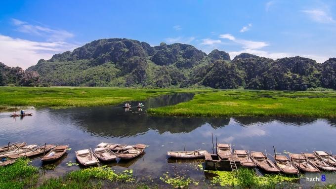<p> Đầm Vân Long cũng được các nhà làm phim Hollywood lựa chọn làm bối cảnh cho bom tấn Kong: Skull Island. Đây không chỉ là khu du lịch mà còn là khu bảo tồn thiên nhiên ngập nước lớn nhất vùng đồng bằng châu thổ Bắc Bộ. Đầm nằm ở phía đông bắc huyện Gia Viễn. Ảnh: <em>Hachi8.</em></p>