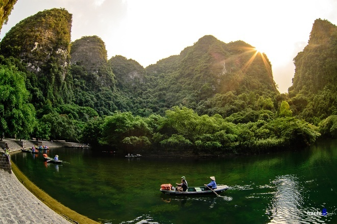 <p> Danh thắng Tràng An, cách thành phố Ninh Bình 7 km, cách Hà Nội 96 km về hướng nam là điểm quay phim Kong: Skull Island kế tiếp sau Quảng Bình. Tràng An nằm trong quần thể danh thắng Tràng An được UNESCO công nhận di sản văn hóa và thiên nhiên thế giới năm 2014. Ảnh: <em>Hachi8.</em></p>