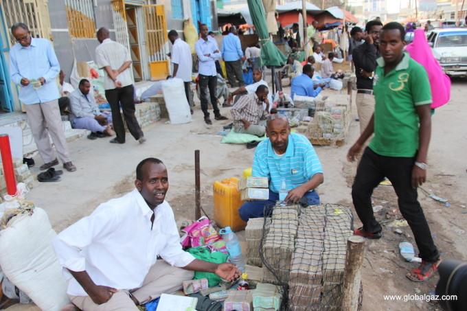 <p> Ric Gazarian, chủ trang blog GlobalGaz có niềm yêu thích đặc biệt với du lịch. Anh dành 10 năm để đi nhiều nơi trên thế giới, trong đó Somaliland là điểm đến khiến anh nhớ mãi, khi tại đây người dân bán tiền chẳng khác gì bó rau ngoài chợ.</p>